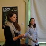 Theres (links) und Theresa (rechts) bei der Präsentation